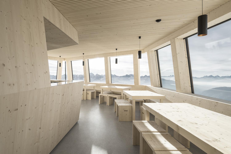 """La """"stube"""", interamente realizzata in abete non trattato,  è l'ambiente principale del rifugio Oliver Jaist, Bressanone"""