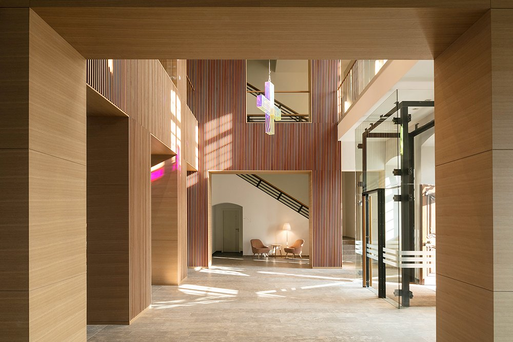 The Catholic-Social Institute welcomes its visitors in a spacious two-storey atrium with an open staircase in the abbey. This reception area, which has also been planned and set up as a lobby and meeting p HGEsch, Hennef