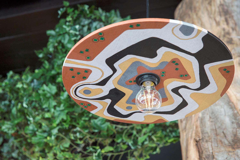 Vista di dettaglio del paralume di Meaters Brace Bar, decorato a mano dal team di RM\Architecture RM\Architecture}