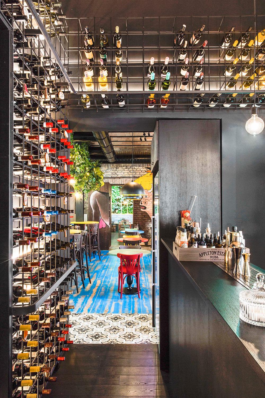 Vista dal Cocktail bar verso Malandros Bodega de Tapas. Sullo sfondo Mahalo. RM\Architecture}