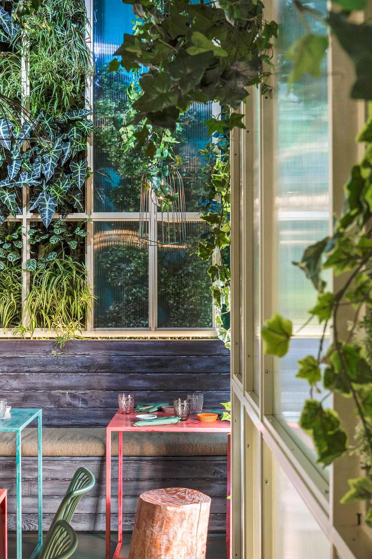 Dettaglio della serra tropicale e del verde verticale di Mahalo RM\Architecture}