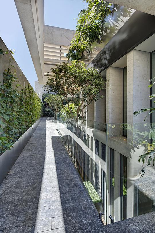 Outdoor corridor Frank Lynen
