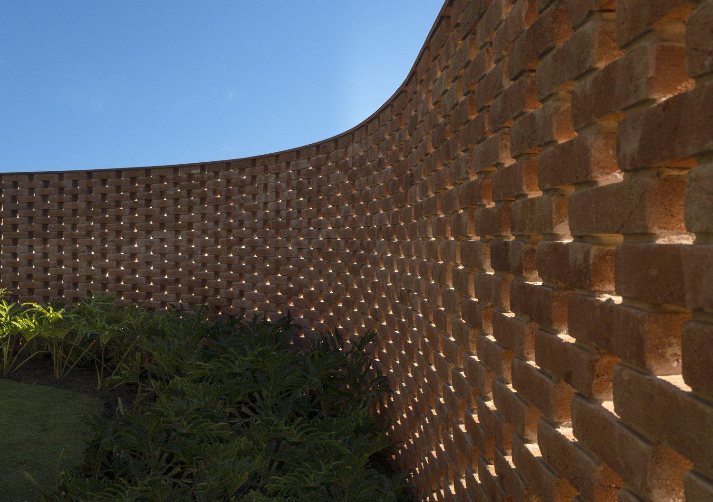 The vertical winding wall made of solid bricks Fernando Guerra