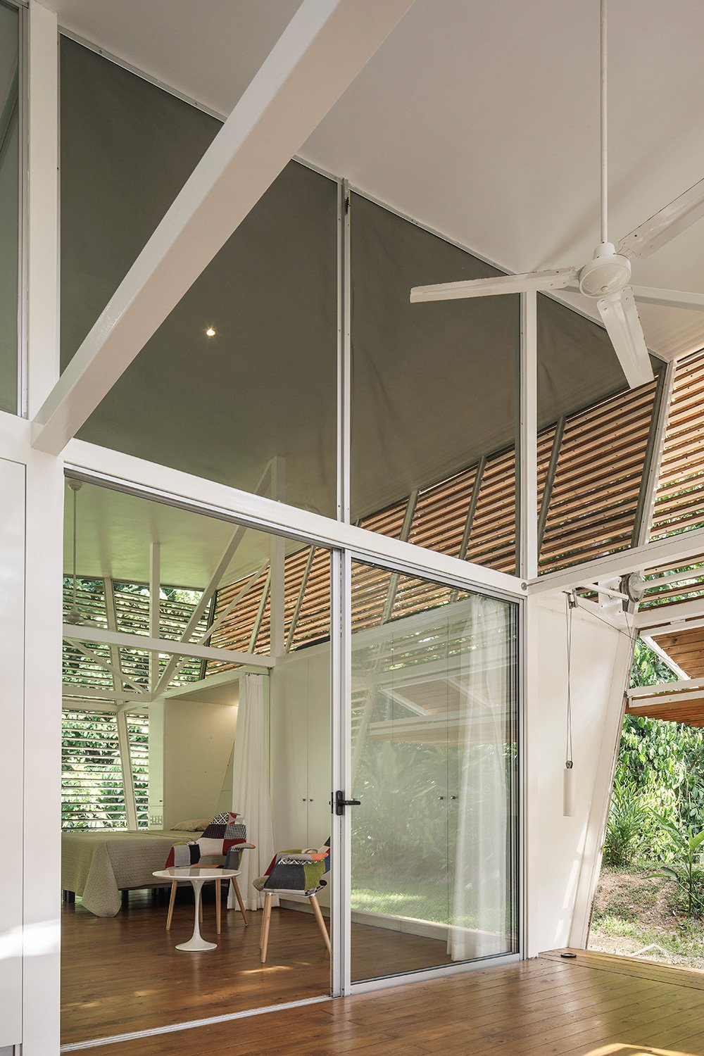 According to the wishes of the client, the house in Ojochal was built as a steel structure with wooden finishes. Fernando Alda