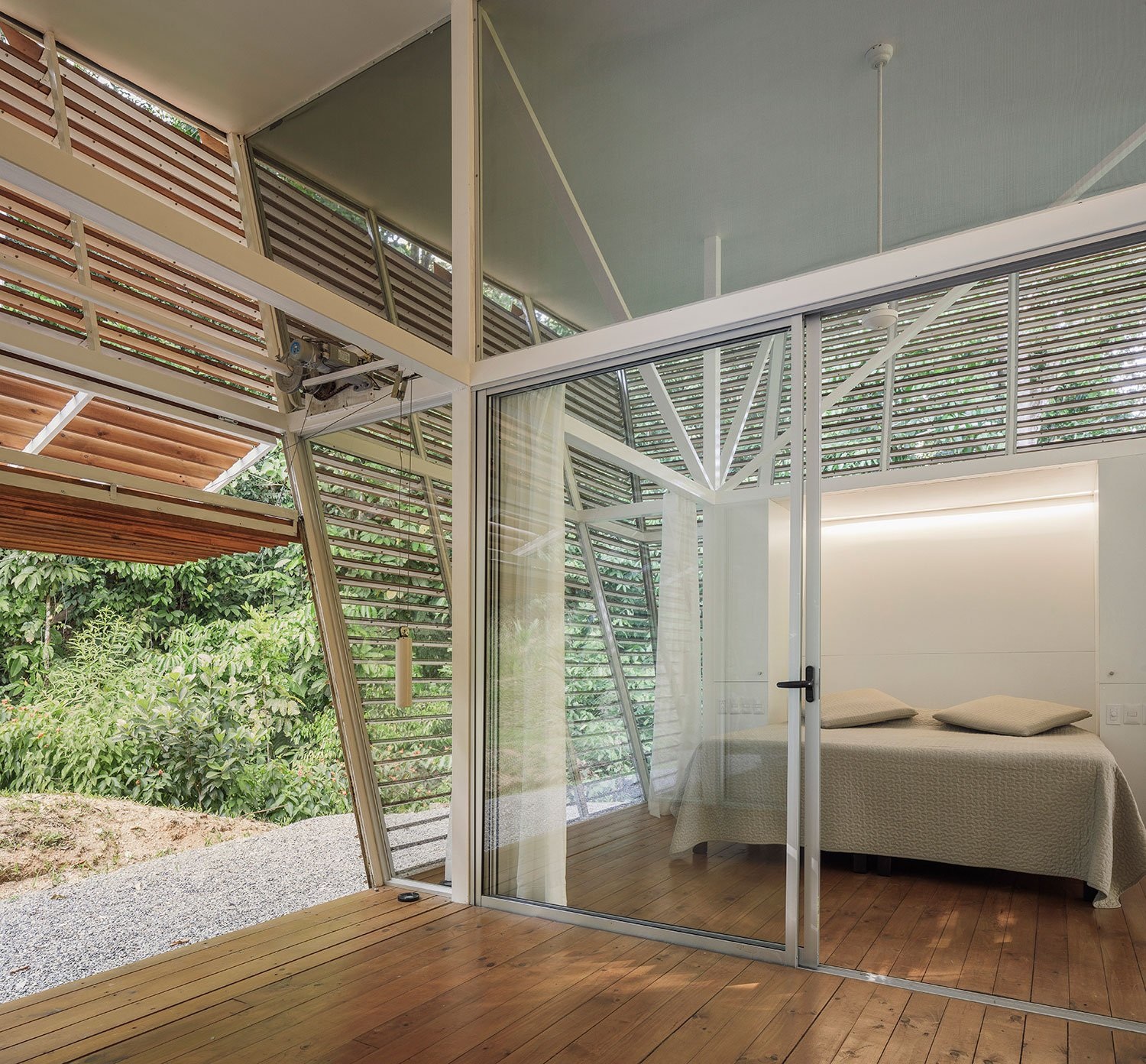 The more private sections of the house can be closed off with different layers of glass sliders and curtains, allowing for changing degrees of spatial separation or social integration. Fernando Alda