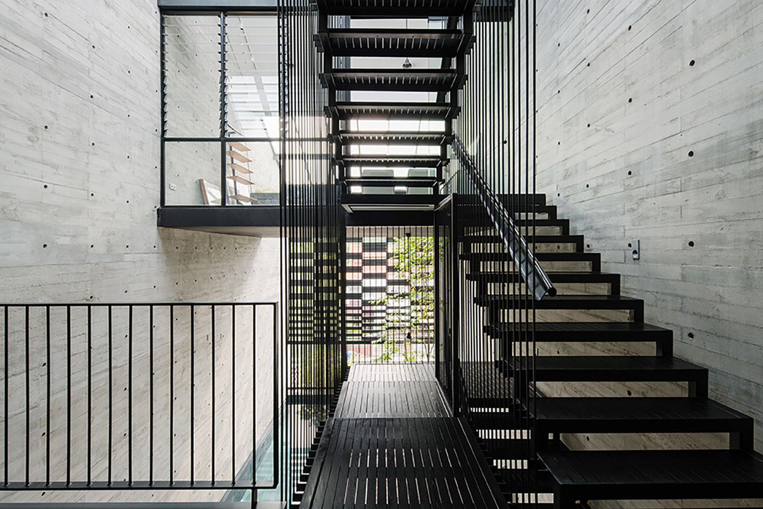 The openness of the suspended stairs allows for daylight and natural ventilation in the central atrium and the rooms surrounding it. Marc Tan
