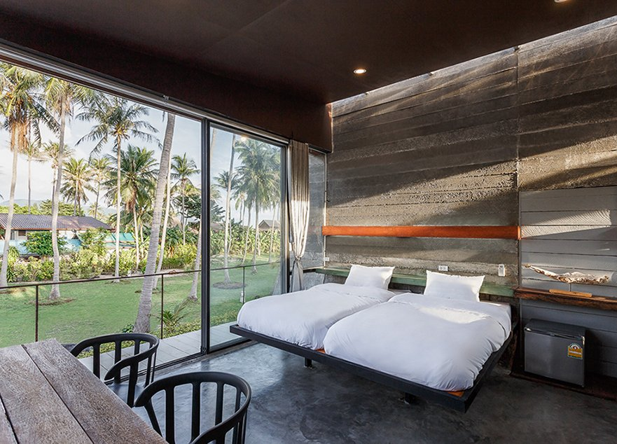 2nd floor Bed room : Beautiful evening shade and shadow to concrete wall Anotherspacestudio|Piamphon Chanpiam
