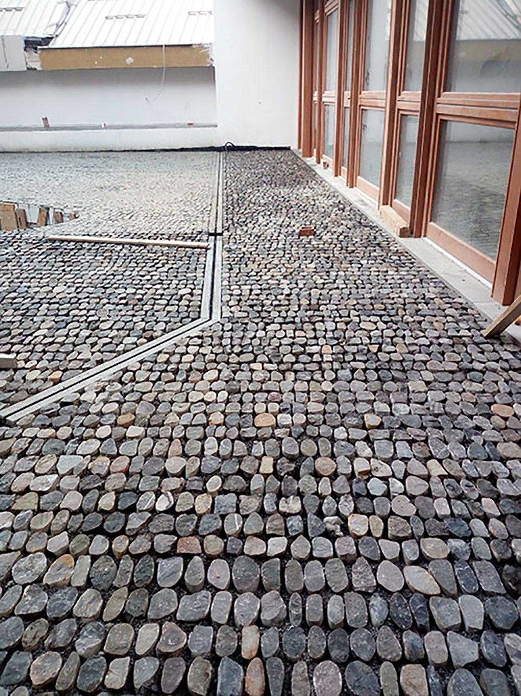 Pavement court Alberto Strada