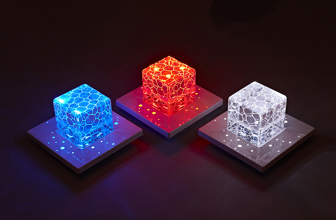 11. With E-base which the cube can stands on, the daytime paperweight can turn into a lamp at night with up to 15 color modes Su Chen