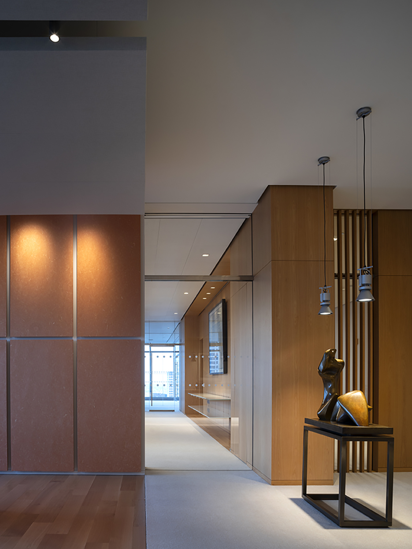 La zona di ingresso con i pannelli in carta di riso e la scultura di Henry Moore Nic Lehoux