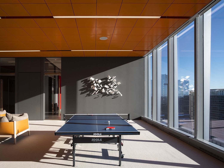 La play room con il soffitto metallico arancione Nic Lehoux
