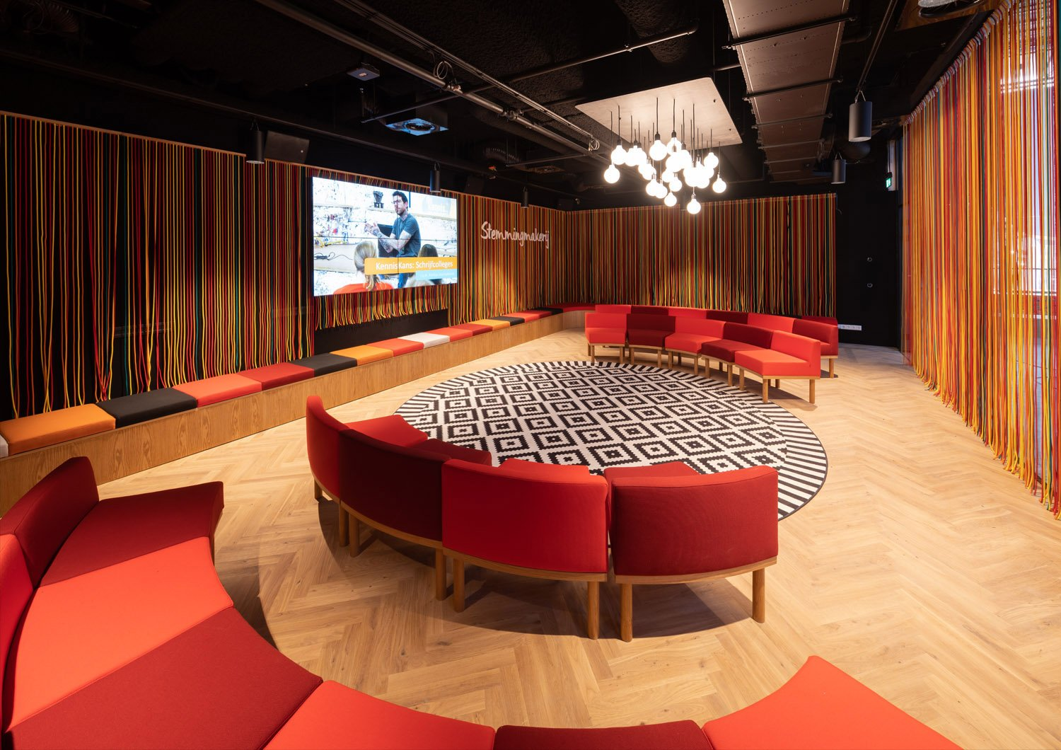 In this enclosed space, there is room for sixty people during meet-ups, shake-ups, presentations or workshops. Ossip van Duivenbode