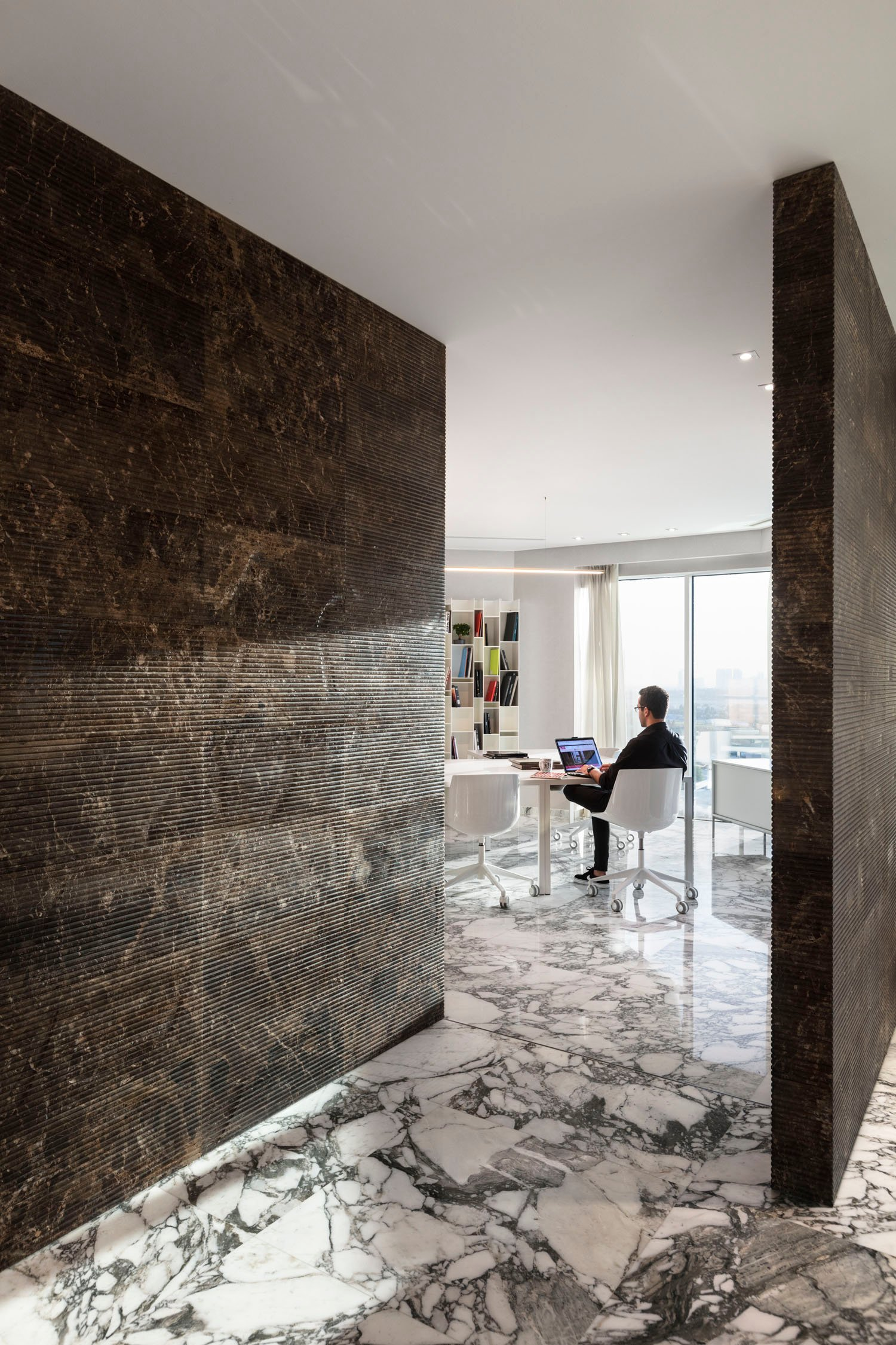 Inside the penthouse the plan remains open: there are no enclosed spaces, but the definition of the spaces manifests itself in a sculptural way through material walls. Mohamed Somji