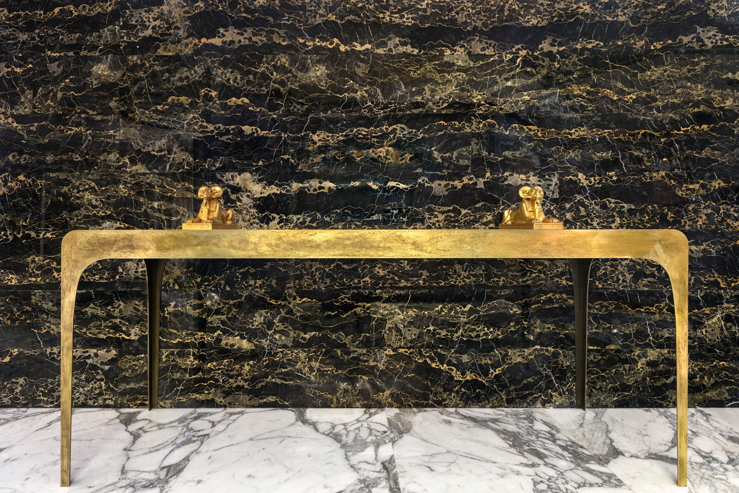 The entrance console is designed by the architect specifically for this project is handcrafted in brass and communicates with the suspended elements. A sober and daily luxury, which could also be considere Mohamed Somji