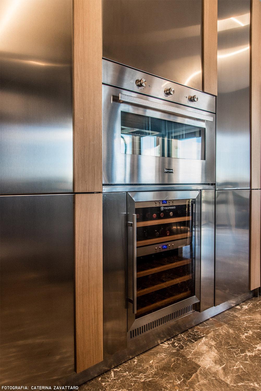 Cucina_ dettaglio blocco colonne con forno e cantina vini Caterina Zavattaro