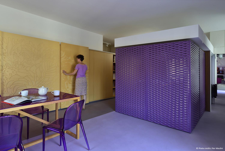 Durante il giorno i pannelli scorrevoli nascondono la cucina e il letto svanisce nel cubo magico. Pier Maulini