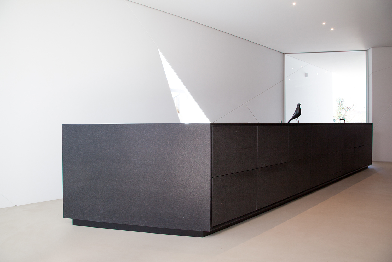 Dettaglio dell'isola e dei dettagli costruttivi: gola e cornice 3ndy Studio