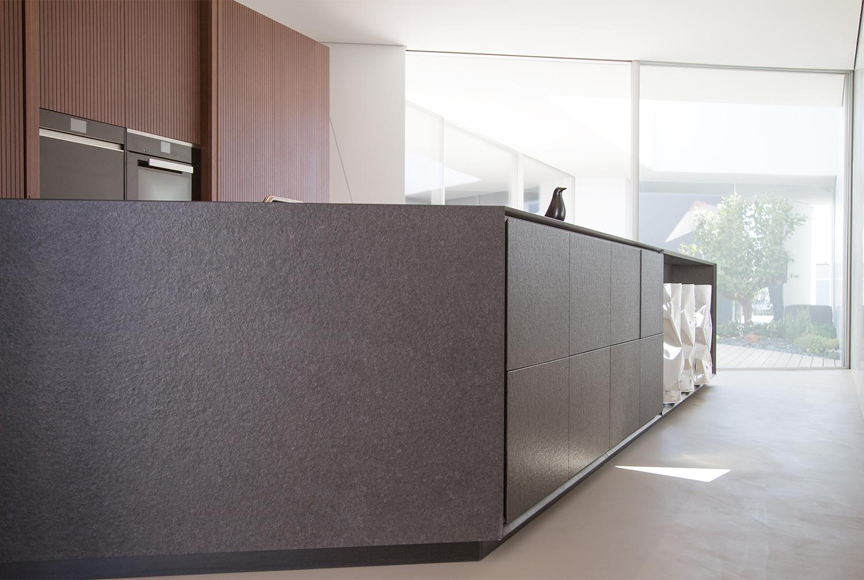 Black Rock si rapporta visivamente e funzionalmente sia al living che al patio interno 3ndy Studio