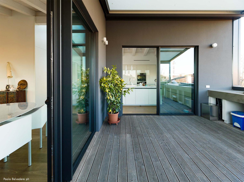 Vista dalla terrazza verso l'open space di zona living e cucina Paolo Belvedere
