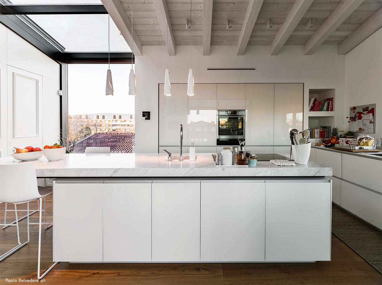Vista dalla terrazza verso l'interno della cucina Paolo Belvedere