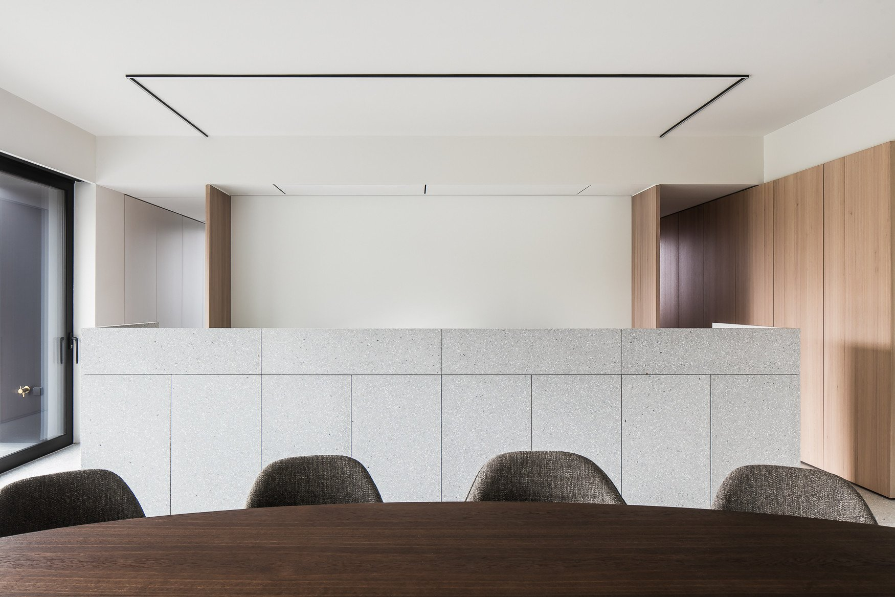 Frontal view of granito kitchen island Thomas De Bruyne (Cafeine.be)