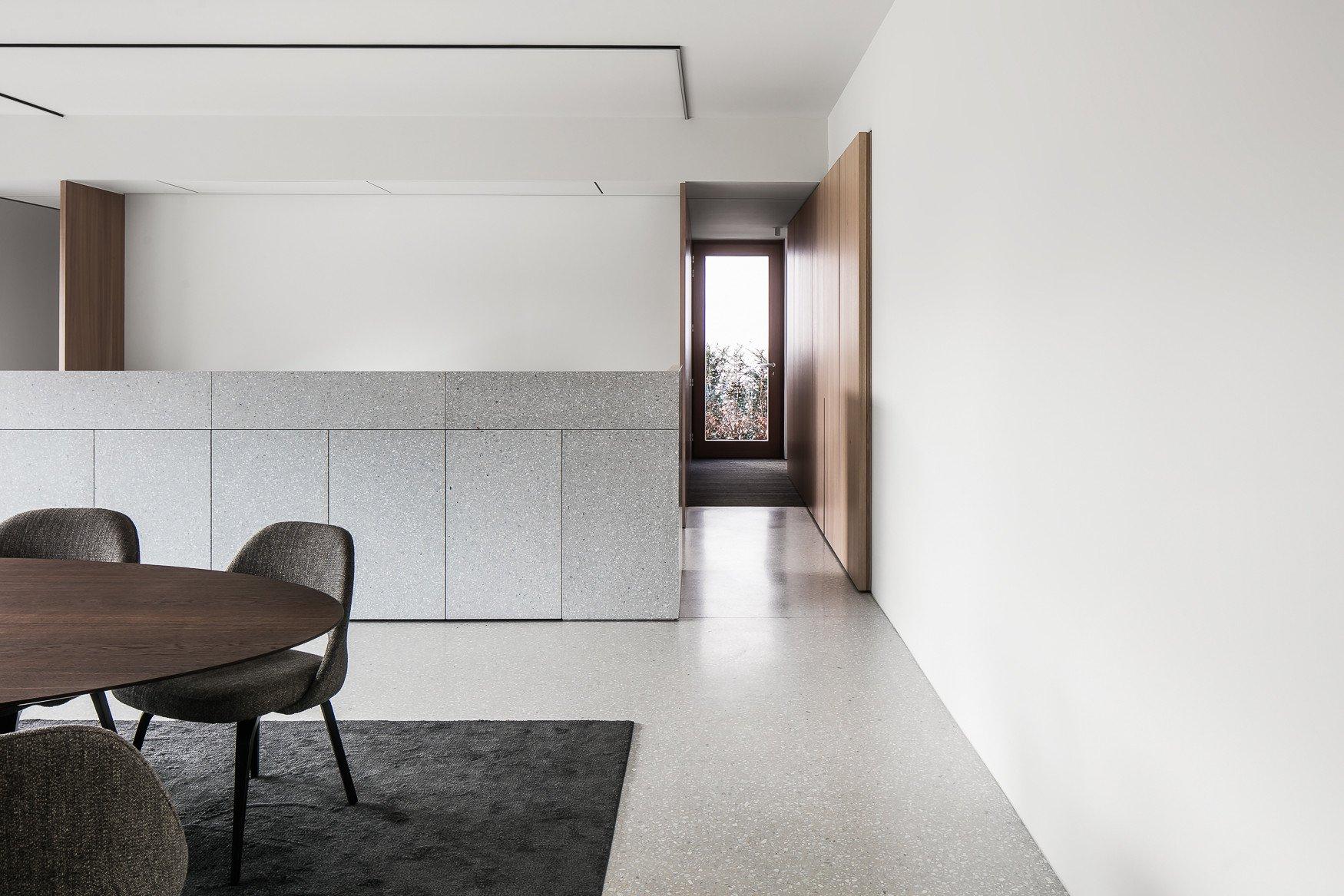 Granito floor and kitchen, with veneer door finnishes Thomas De Bruyne (Cafeine.be)