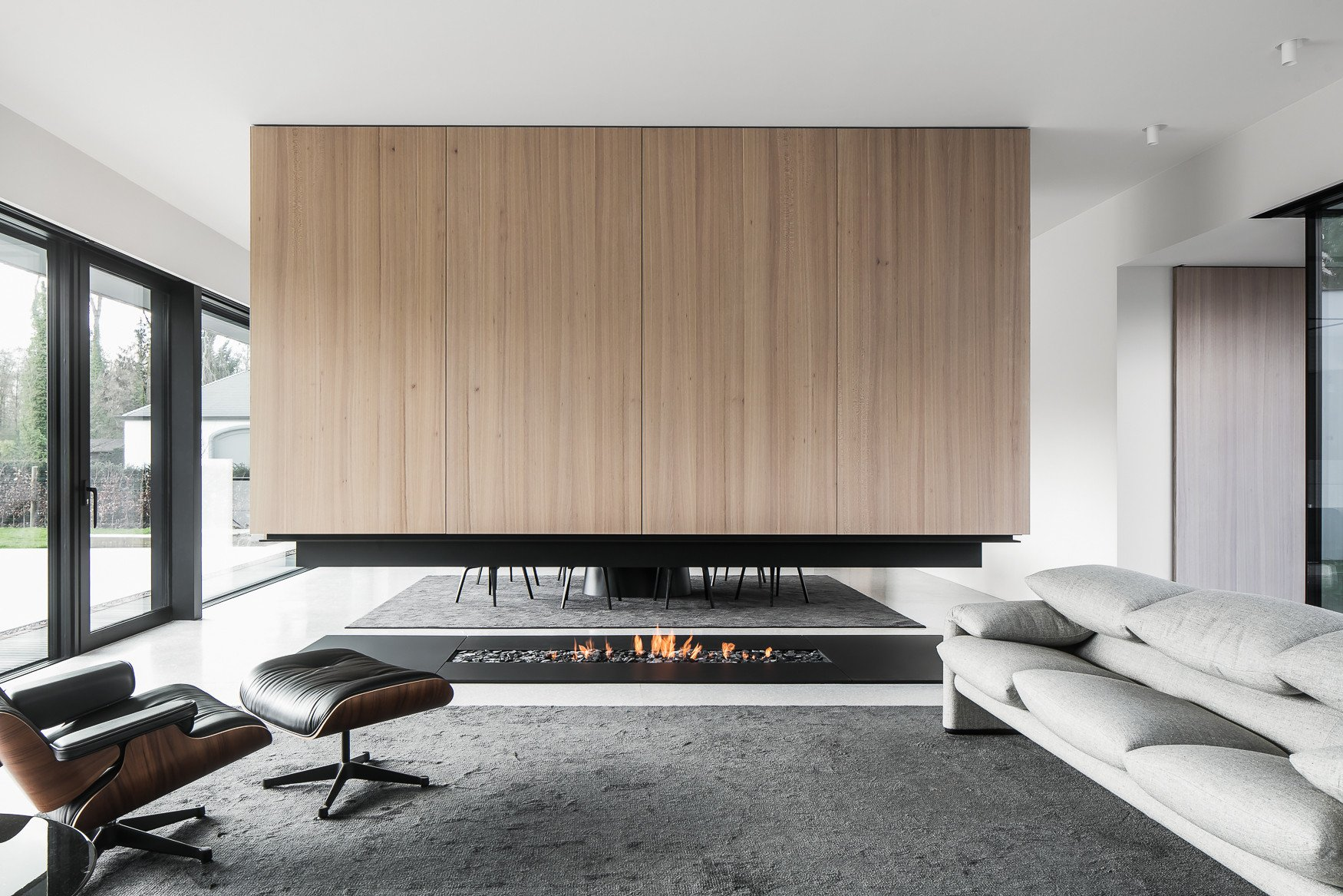 View of floating fire-place, dividing kitchen area from living room. Thomas De Bruyne (Cafeine.be)