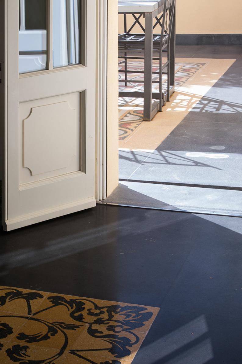 La pavimentazione interna ed esterna sono uguali, le graniglie originali dell'appartamento sono state ricomposte da un tappeto di pietra lavica Marco Cappelletti