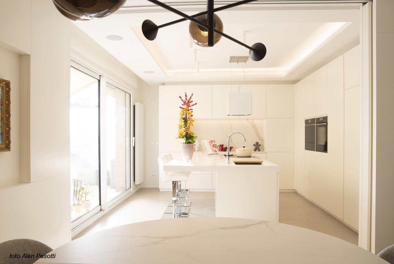 Vista della cucina dal soggiorno Alan Pasotti