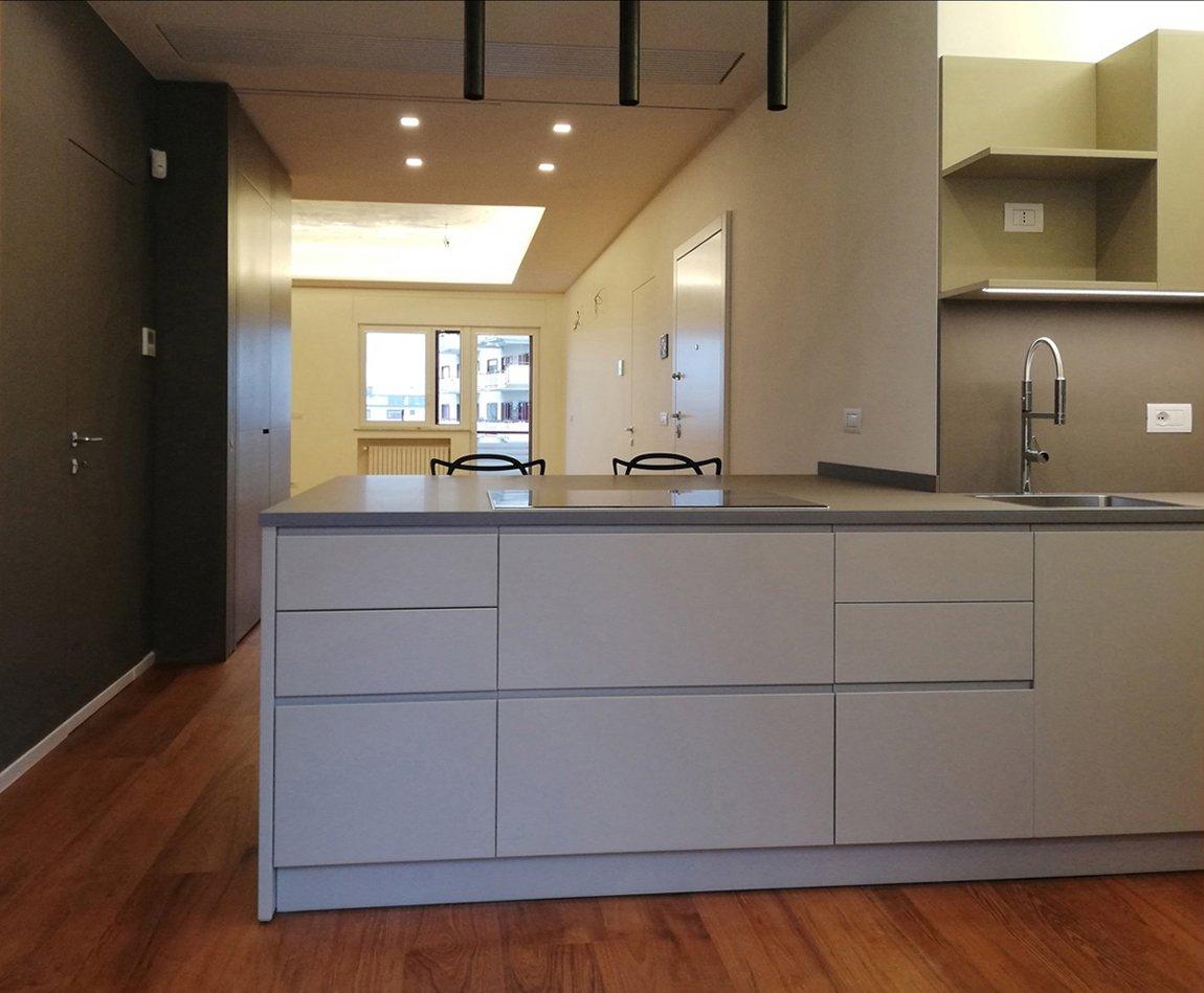 Vista dalla cucina verso il soggiorno con porte scorrevoli aperte Marisa Gallitelli