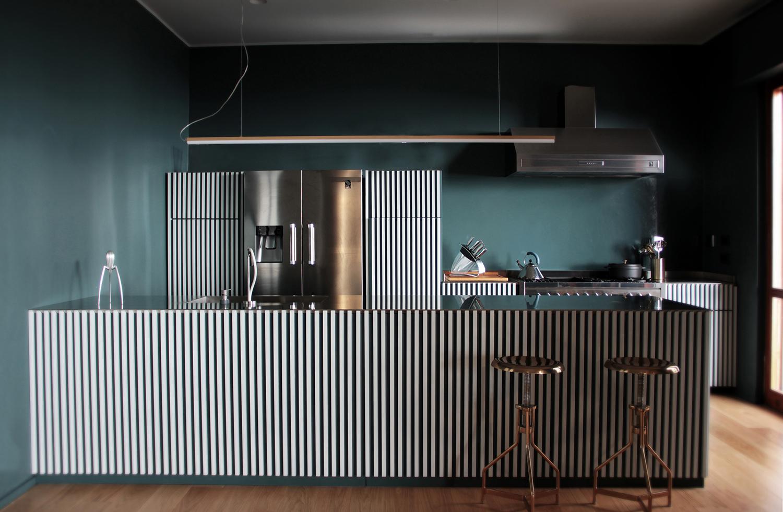 Vista prospettica della cucina. Progetto su disegno di 3PA. Elettrodomestici Steel a libera installazione modello Genesi. Maria Luna Vetrani