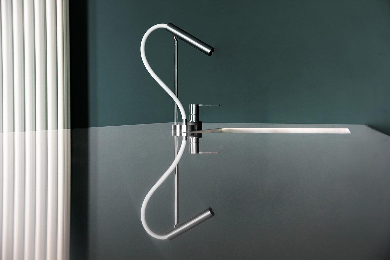 Dettaglio del piano in acciaio su misura con vasca saldata. Rubinetteria CEA modello Ast Maria Luna Vetrani