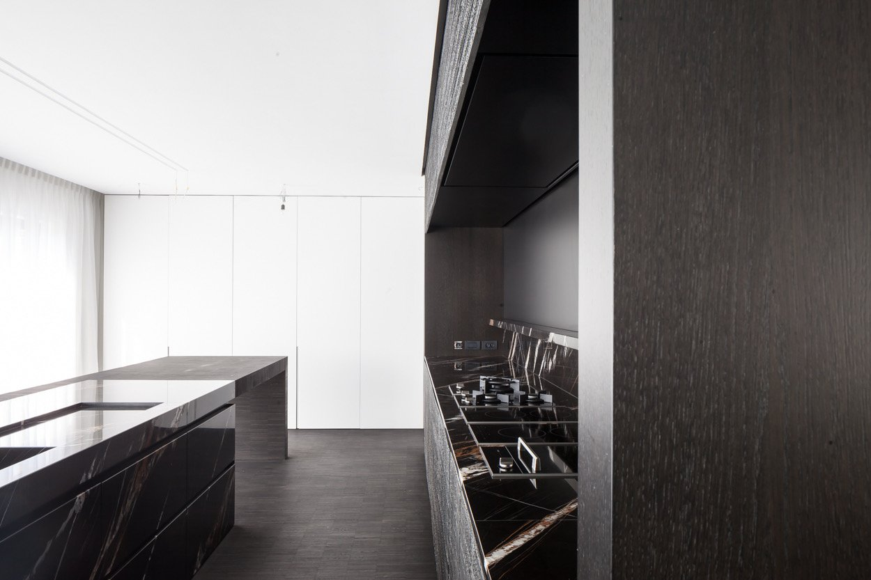 Side view of kitchen area Thomas De Bruyne (Cafeine.be)
