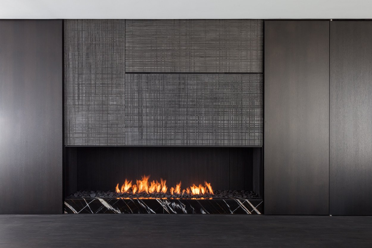 Fireplace with saw cut wooden panels Thomas De Bruyne (Cafeine.be)