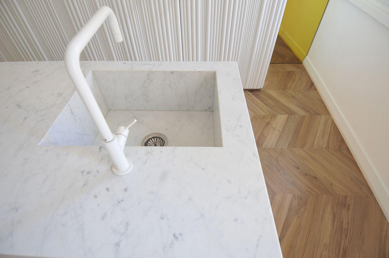 la penisola in marmo carrara con lavello integrato tissellistudioarchitetti (Cinzia Mondello)