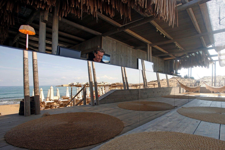 Vista sul bancone bar con riflesso del mare STUDIO SALVATORE PULEO ARCHITETTO