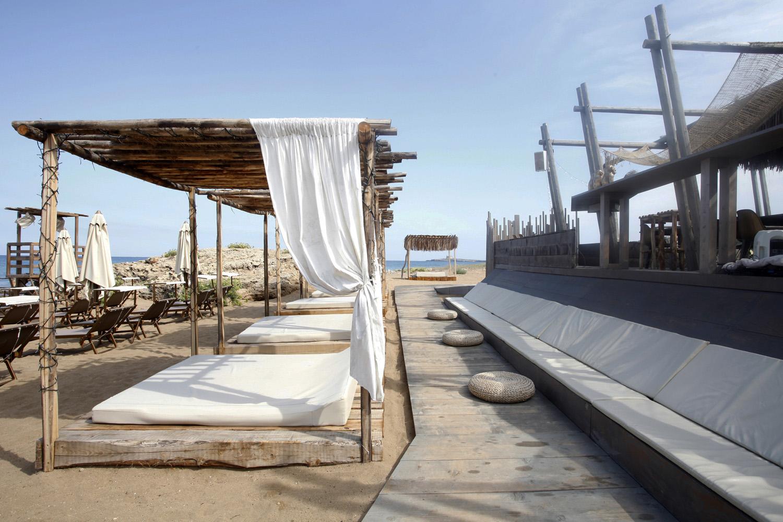 Scorcio sul dislivello tra piattaforma e sabbia in cui si ricava una seduta/sdraio STUDIO SALVATORE PULEO ARCHITETTO