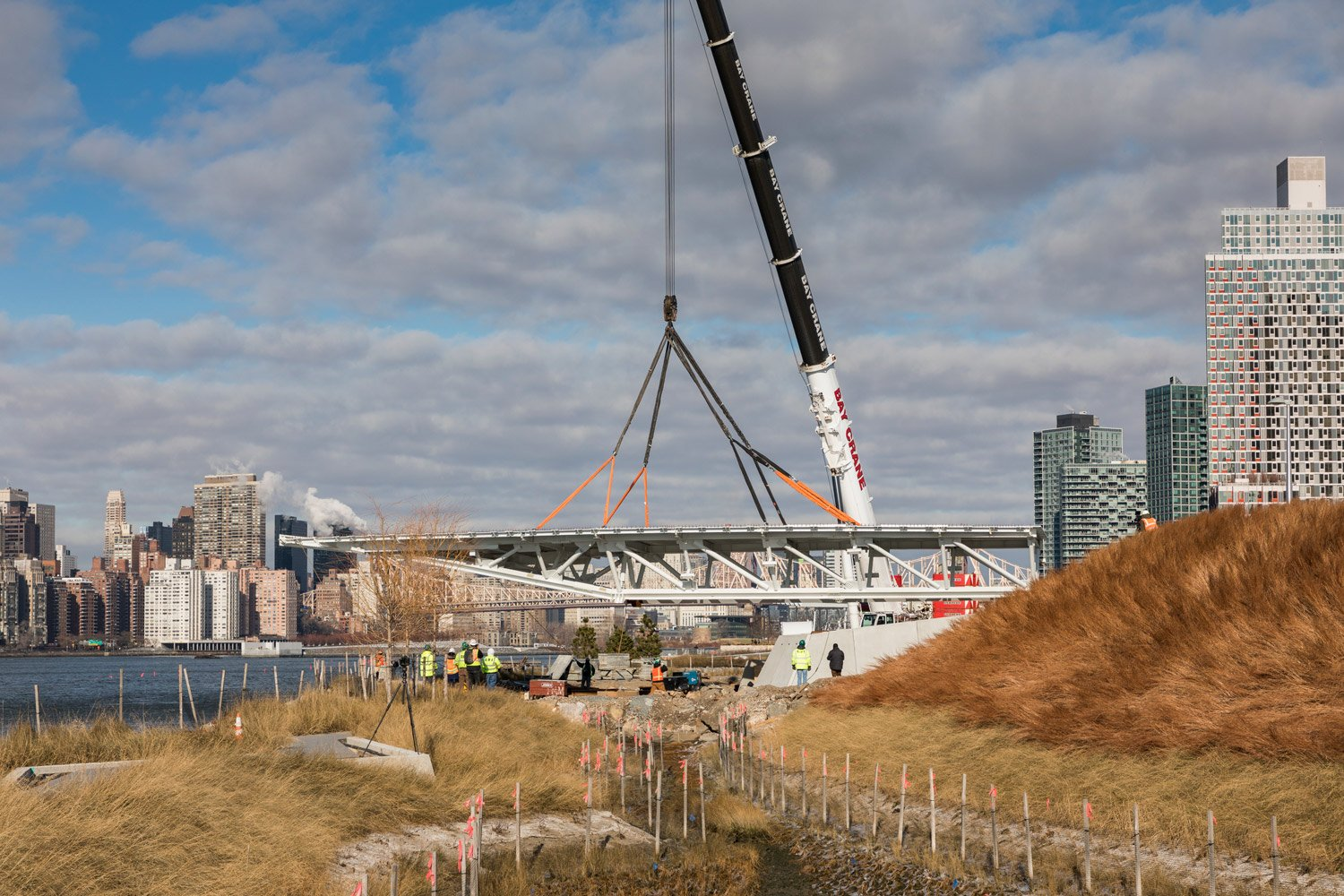 OVERLOOK BEING LIFTED INTO PLACE ©Albert Vecerka/Esto, courtesy of SWA/Balsley and WEISS/MANFREDI}