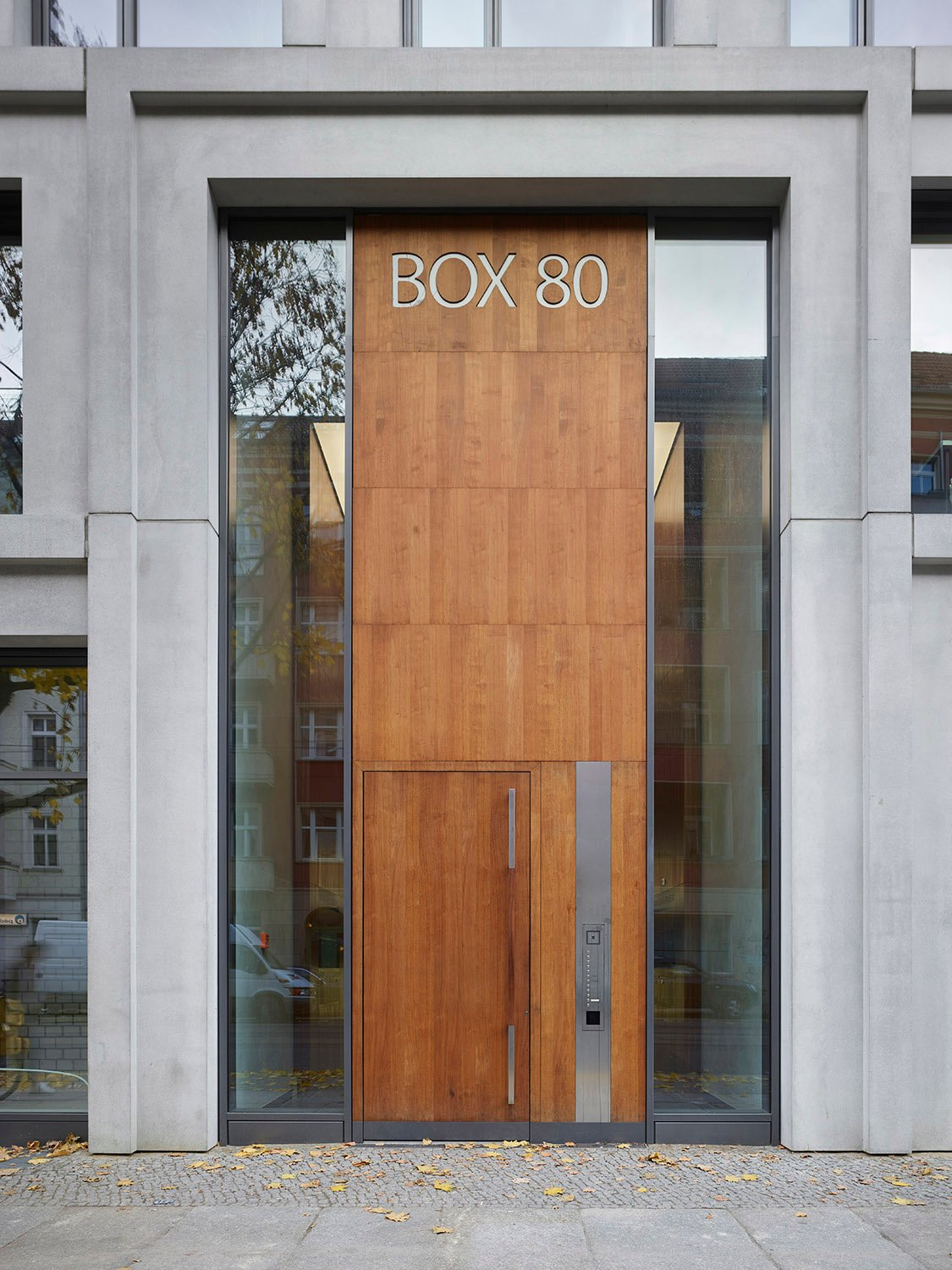 The entrance area with the distinctive door Roland Halbe