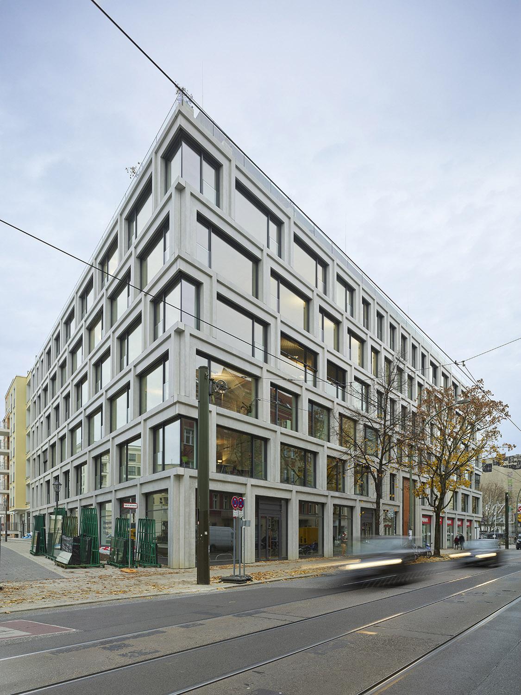 Corner windows have continuous glass elements Roland Halbe
