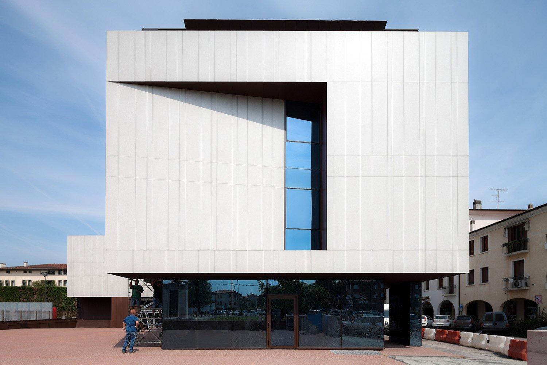 L'edificio in fase di completamento della copertura Marco Zanta