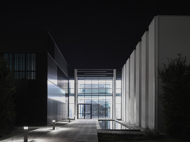 Vista notturna dell'atrio Marco Introini