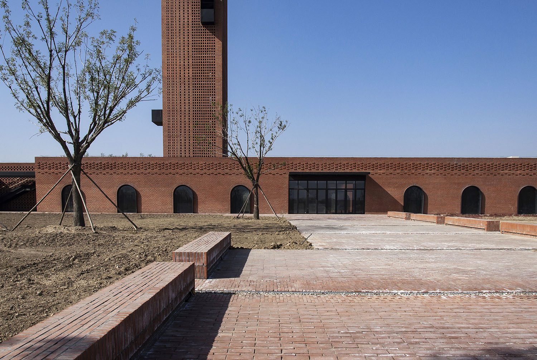 Main entrance plaza Zhi Geng