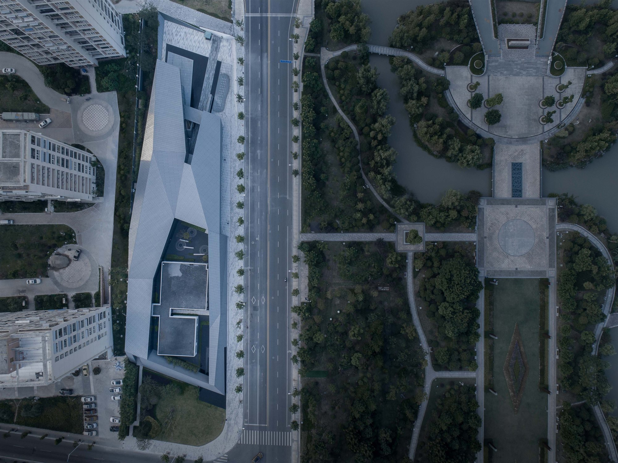 Facing the green axis park. Lacime Architects