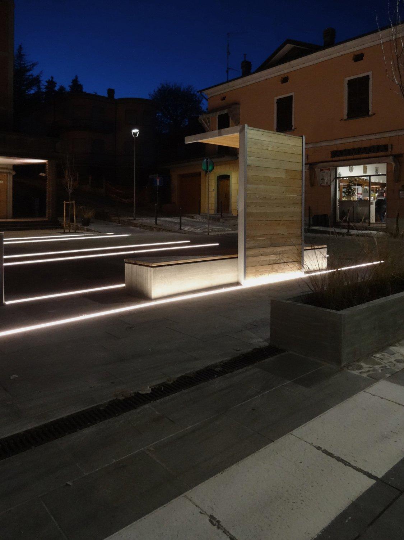 Foto serale dei totem/pensilina Francesco Adorni