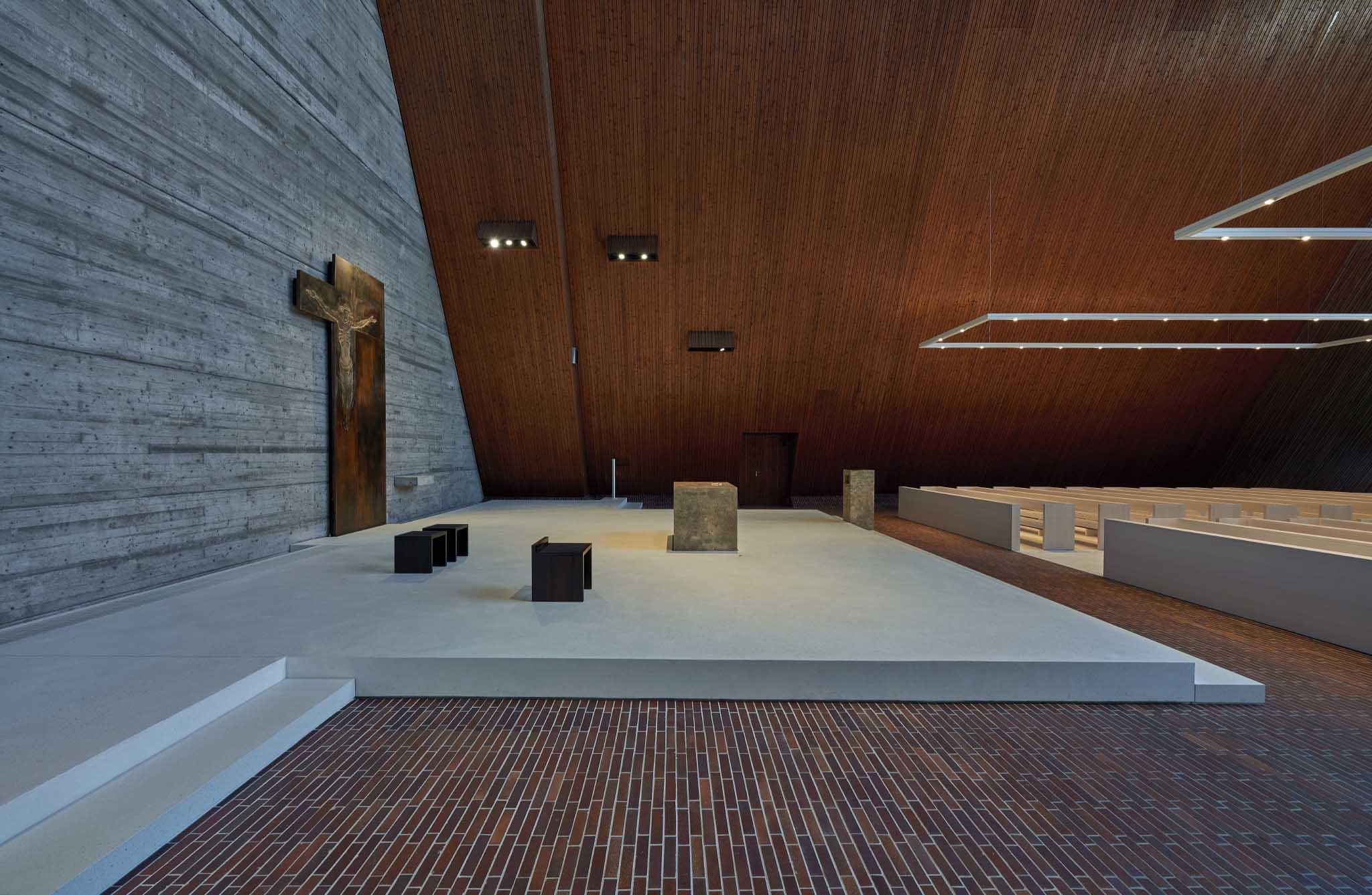 ›altar island‹ with new pedestrial and altar Valentin Wormbs, Stuttgart