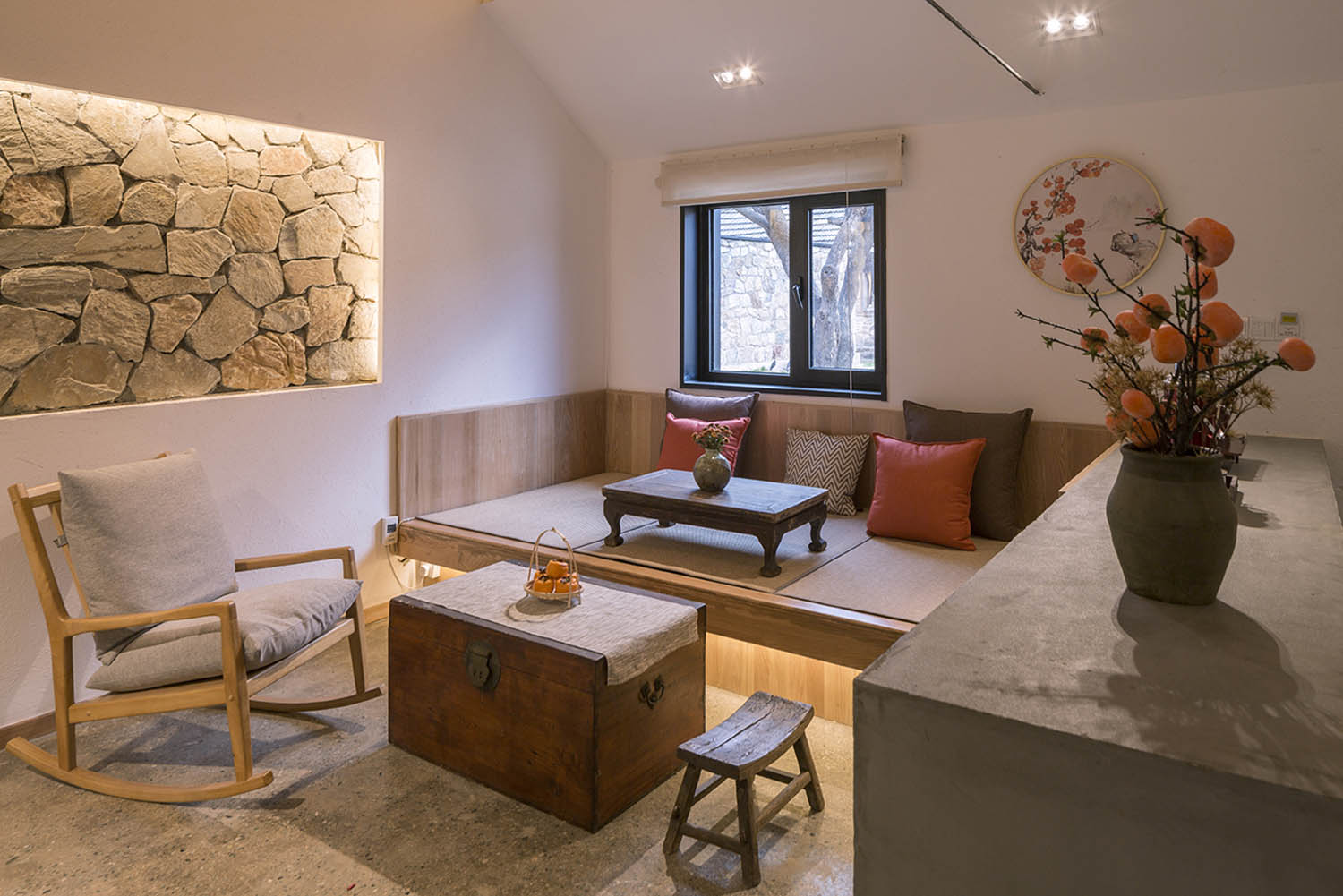 (Persimmon garden) In guest room A, stone walls and old furniture are kept deliberately to convey a sense of time and  regional information. Jin Weiqi