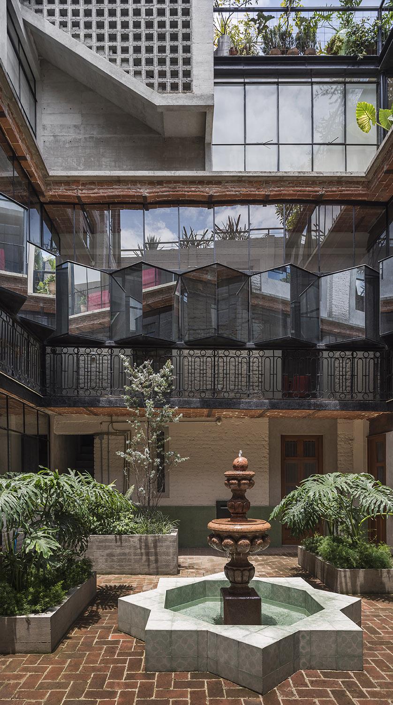 Central Patio Luis Gallardo / LGM Studio