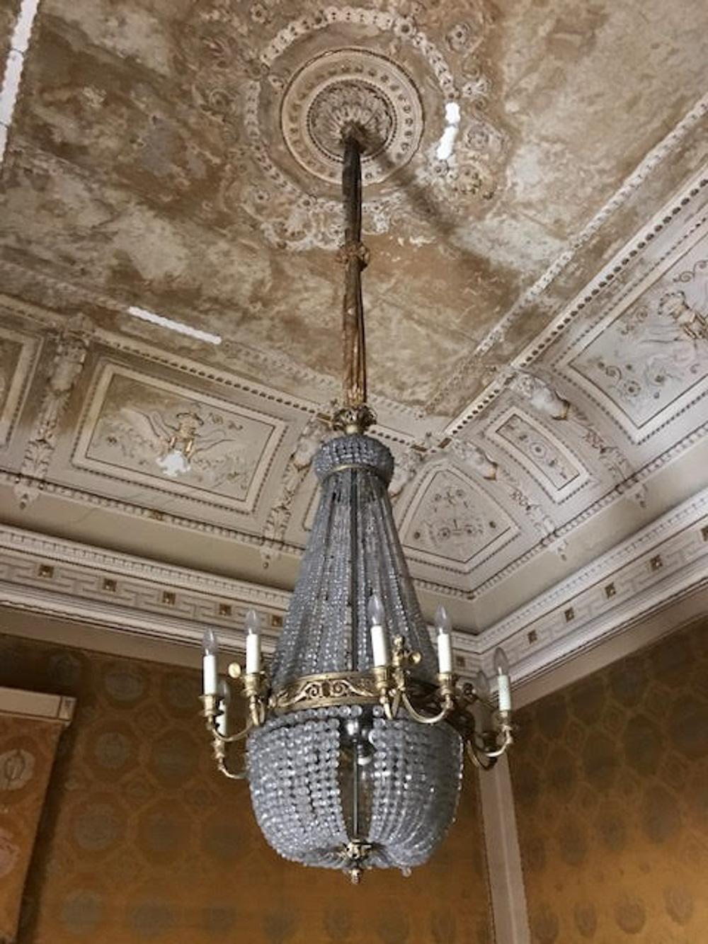 particolare del lampadario prima del restauro Foto Arch. Martina Mangani}