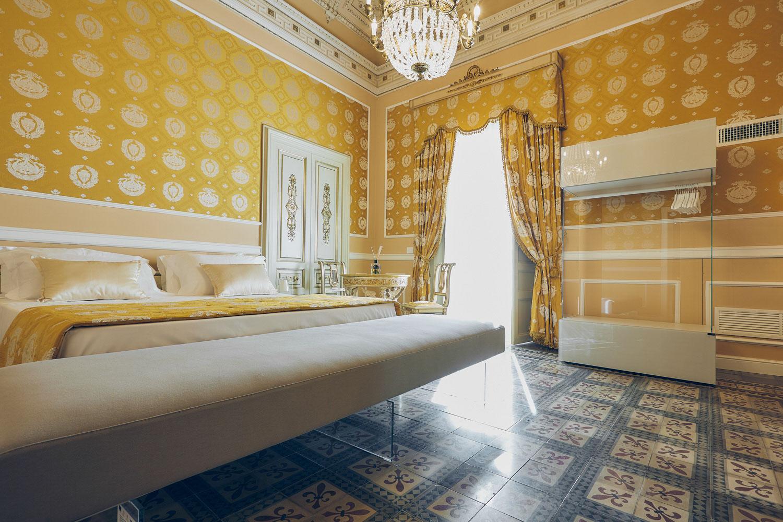 Particolare della suite centrale in cui gli arredi contemporanei dialogano con gli elementi di un palazzo d'epoca Alessandro Gruttadauria di  AGphotoStudios